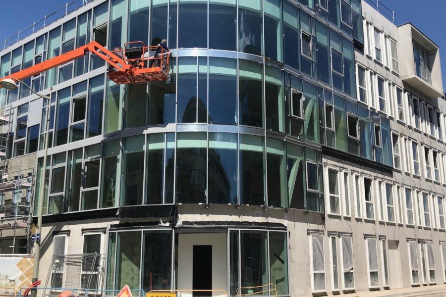façade en verre courbe     Livraison prévue fin d'année 2020